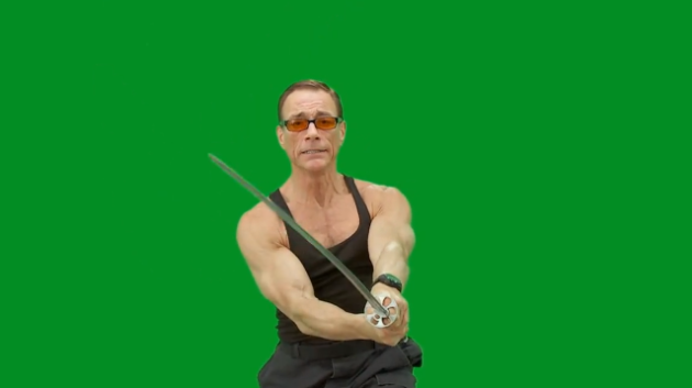 Jean Claude Van Damme vor einem Green Screen. Screenshot.